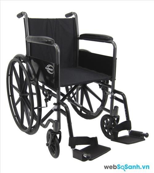 Xe lăn khung thép khá nặng, gây khó khăn cho người sử dụng dạng xe lăn tay