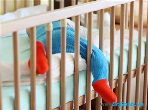 bố mẹ nên mua cho bé một chiếc giường cũi với khoảng cách giữa các thanh chắn không quá 0,63 – 0,95 cm,