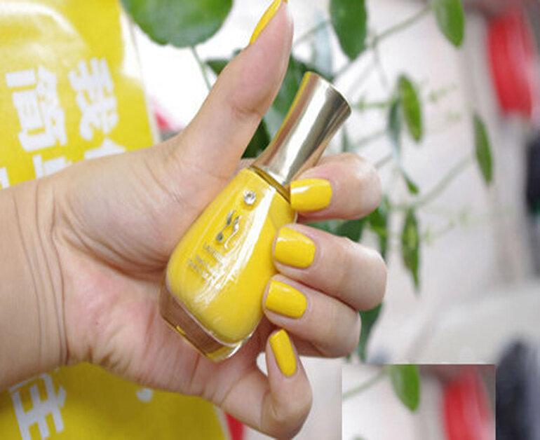 Sơn móng tay màu vàng