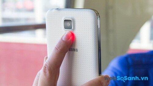 Galaxy S5 tích hợp cảm biến nhịp tim để bạn theo dõi sức khoẻ