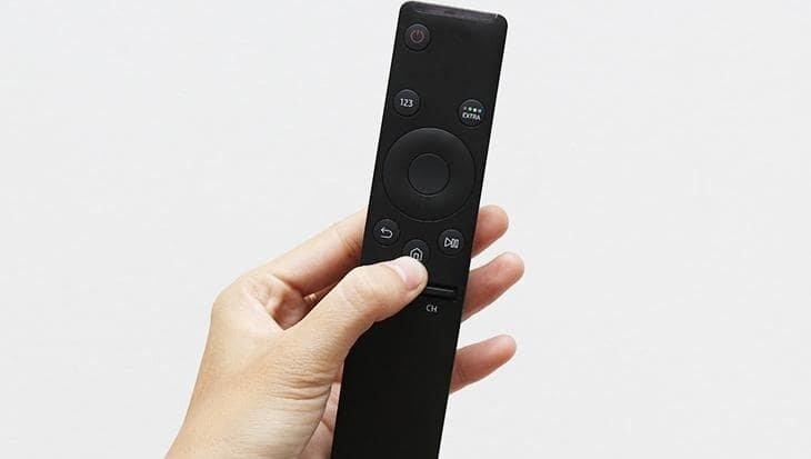 Nhấn vào biểu tượng nút Home trên remote.