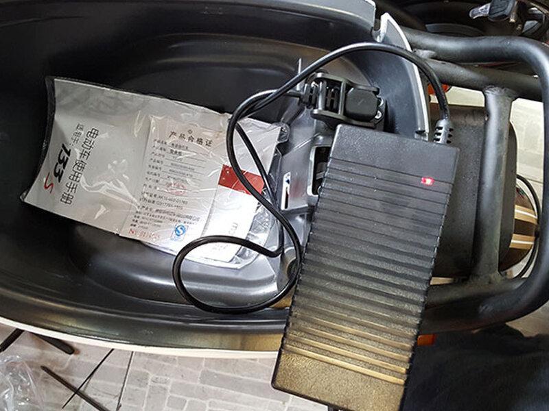 Có thể sạc xe máy điện trực tiếp trên xe nhưng phải đảm bảo vị trí cao ráo, không ẩm ướt