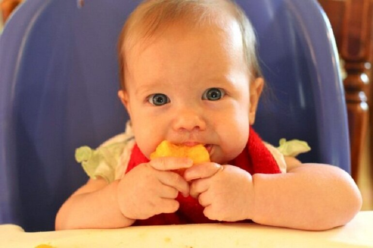 Mẹ hoàn toàn có thể cho bé ăn bánh ăn dặm khi được 5 tháng tuổi