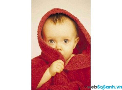 Quấn khăn ủ ấm cho bé