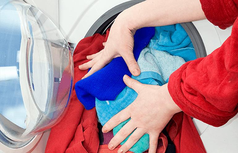 Thường xuyên giặt quá tải sẽ làm hại quần áo và máy giặt