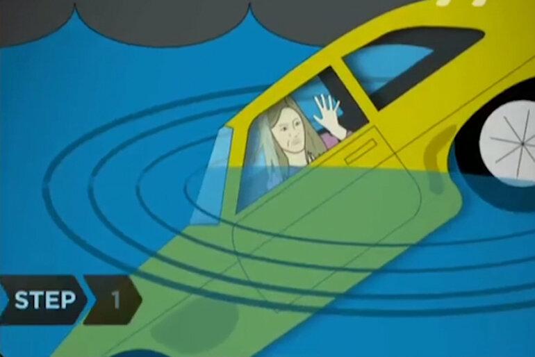 Tháo dây an toàn, mở cửa sổ xe hoặc trượt phía trên và mở khóa cửa xe.