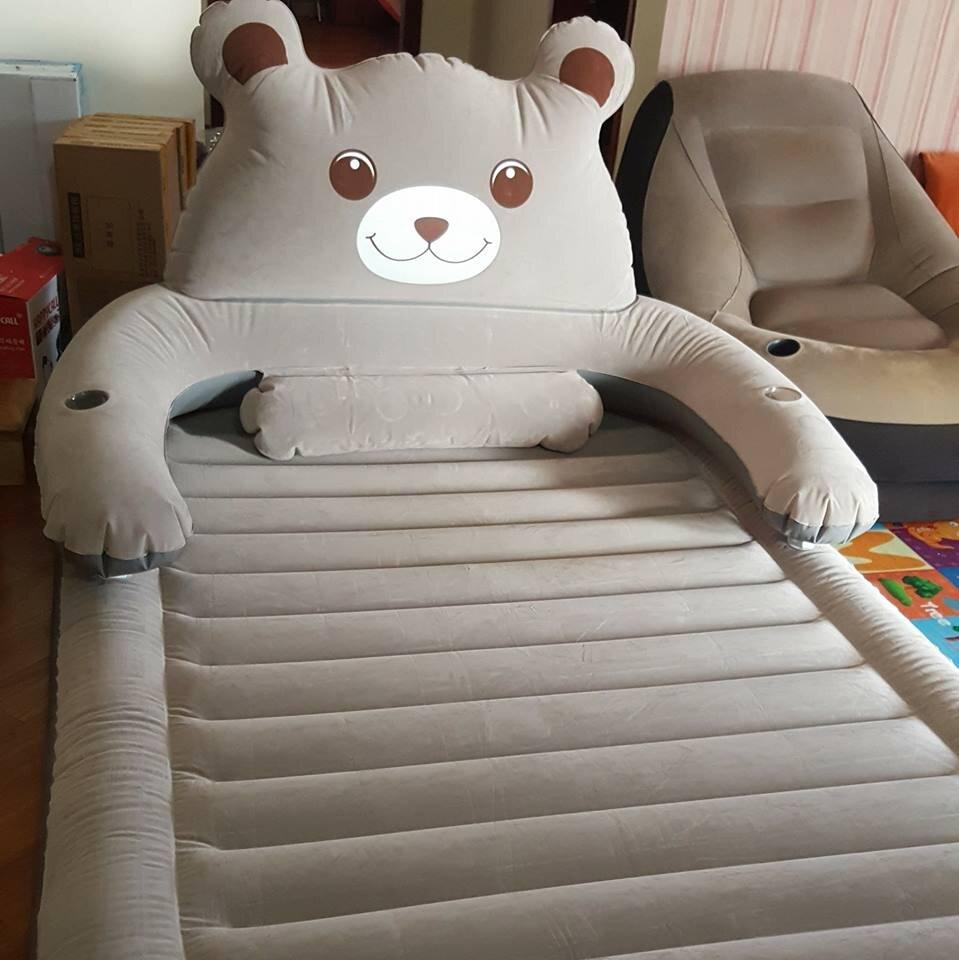 Nệm hơi có hình chú gấu xám cũng là một trong những sản phẩm được nhiều bé yêu thích sử dụng hiện nay