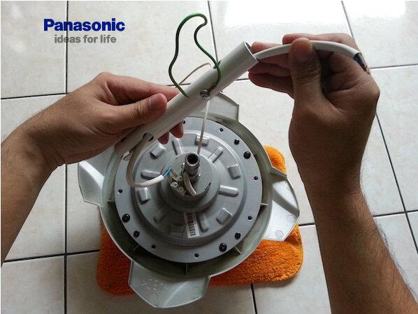 Cách lắp quạt trần Panasonic 4 cánh – đầu tiên cần luồn dây cáp vào ti treo