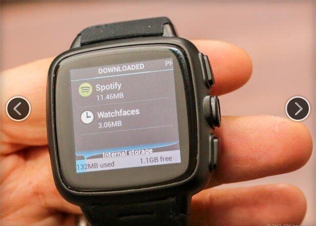 Đồng hồ có giá bán 249 USD cho bản bộ nhớ 4 GB, và 299 USD cho bản bộ nhớ 8 GB, rẻ hơn Galaxy Gear của Samsung.