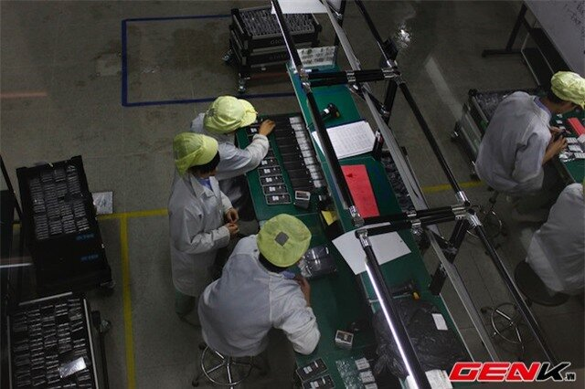 Tại đây, khoảng 20% số lượng máy từ dây chuyền sản xuất sẽ được lấy ra để kiểm tra chất lượng.