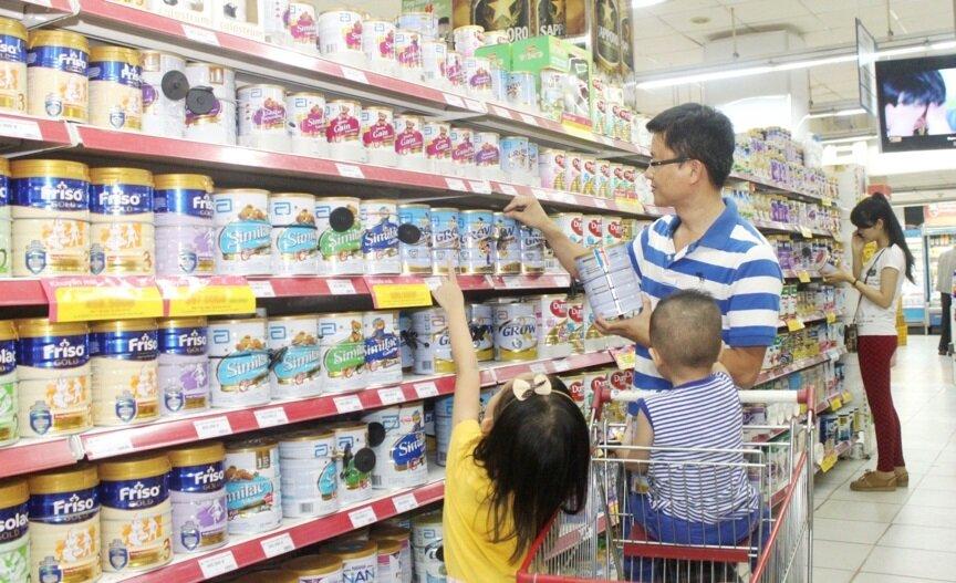 Tham khảo giá các sản phẩm sữa trước khi chọn mua cho bé