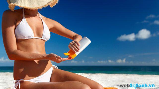 Cần bôi kem chống nắng để bảo vệ bầu ngực không bị đốt cháy dưới tác động cảu ánh nắng mặt trời
