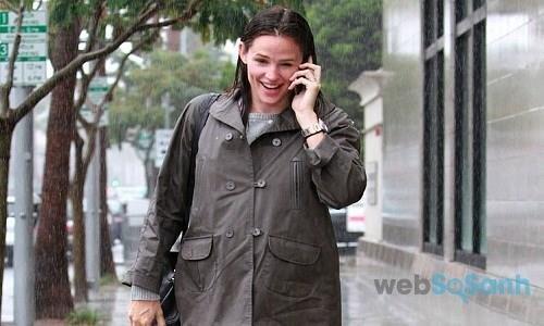 Sử dụng điện thoại lúc trời mưa bão