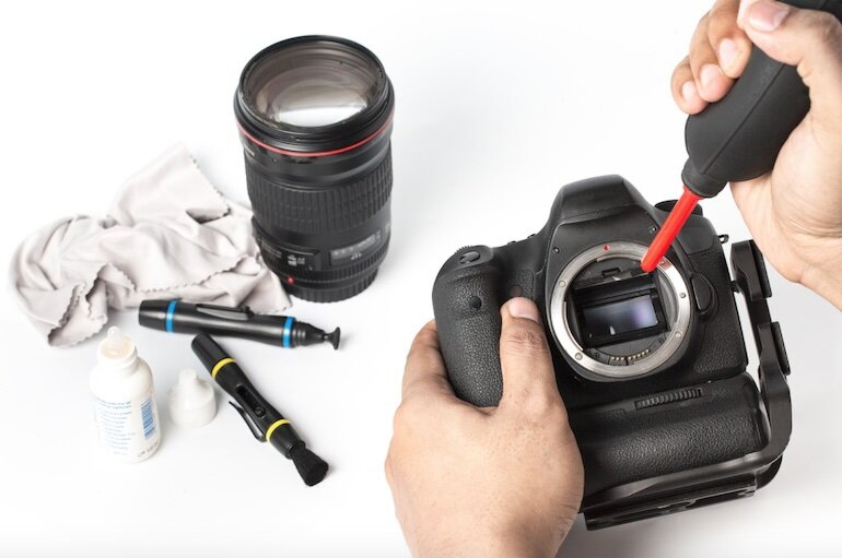 Vệ sinh máy ảnh bằng bộ dụng cụ riêng và không dùng chất tẩy rửa