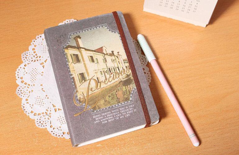 Dùng sổ tay để ghi chép nhật ký hàng ngày