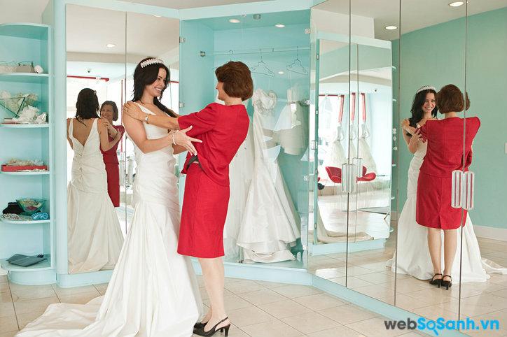 Đi chọn váy cưới từ sớm sẽ giúp bạn nhận được sự chăm sóc tốt hơn từ nhân viên (ảnh internet)