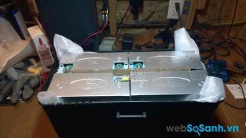 Sau khi đấu nối xong nên cho tất cả ắc quy vào một hộp nhựa và đóng một nắp cho thùng đó