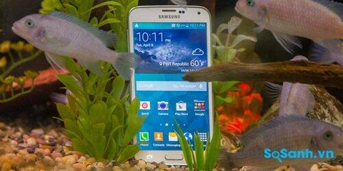 Dù có thiết kế bằng nhựa nhưng Galaxy S5 có khả năng chống nước và bụi