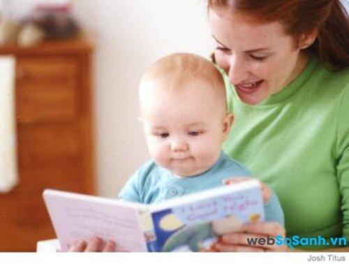 Đọc truyện khi cho bé ngủ