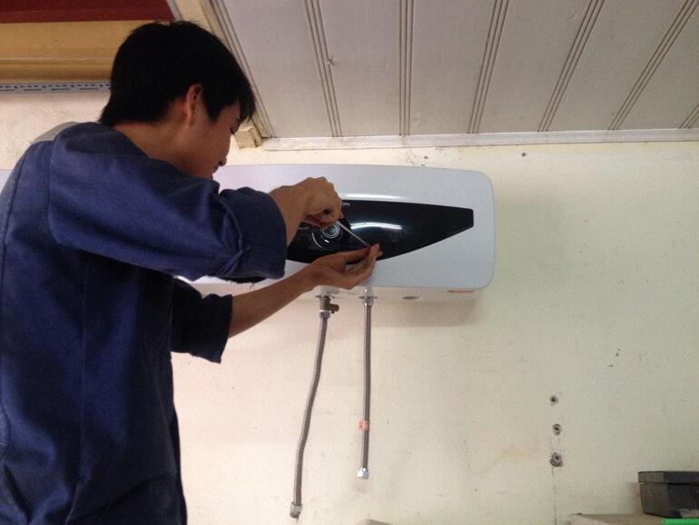 Tháo bình bóng lạnh để vệ sinh bình