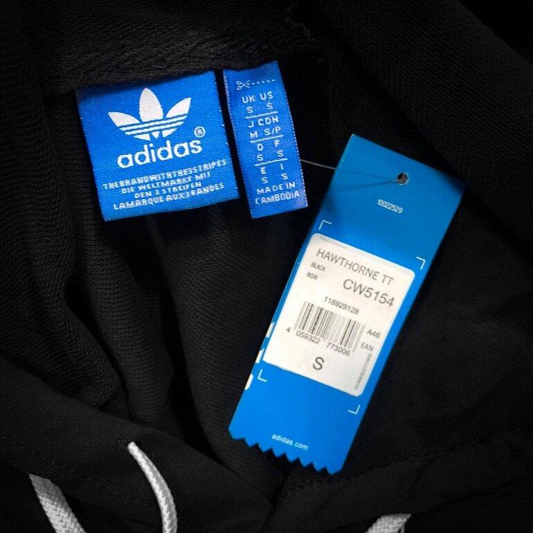 Quần áo Adidas chính hãng thường có nhãn mác ghi đầy đủ các thông tin về nguồn gốc, chi tiết sản phẩm