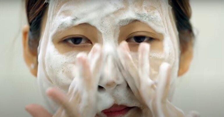 Massage mặt với bọt sữa rửa mặt Pond đã tạo