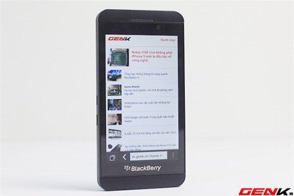 Cận cảnh BlackBerry Z10 2 phiên bản đen và trắng tại Việt Nam 1