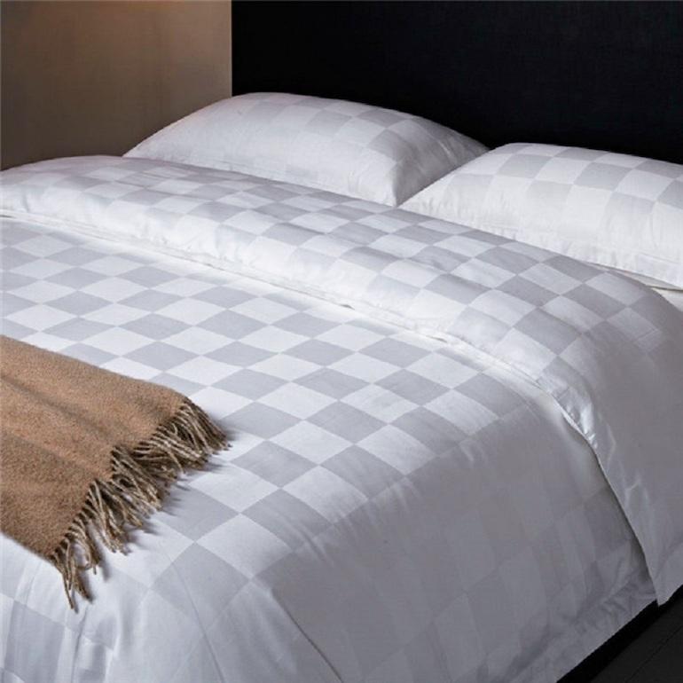 Mẫu ga trải giường màu trắng ô vuông