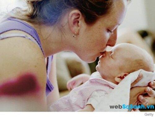 Ôm và hôn giúp bé có được cảm giác yêu thương