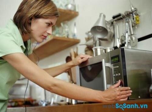 Không nên hâm nóng sữa công thức bằng lò vi sóng