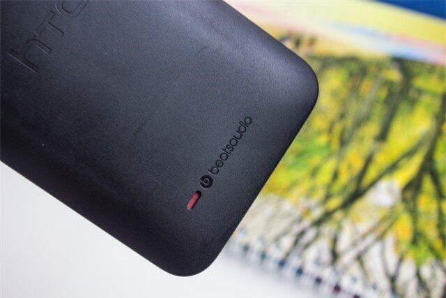 Mặt sau HTC Desire 300