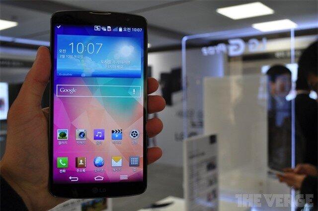 Máy không có nhiều thay đổi về thiết kế ngoại trừ các phím cứng được bố trí ở mặt sau tương tự chiếc LG G2. Không có nhiều thông tin về viền màn hình nhưng qua loạt ảnh chính thức có thể thấy LG G Pro 2 mang viền benzel gần như vô hình theo những rò rỉ trước đó.