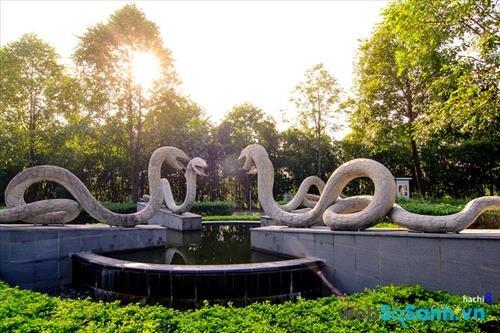 Những tượng rắn soi mặt nước dưới nắng thu thật dễ khiến người ta liên tưởng tới vườn địa đàng.