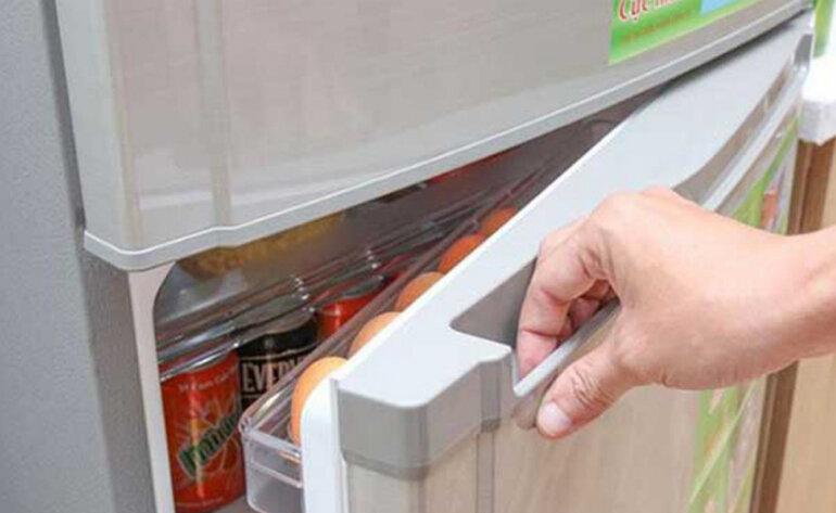 Tủ lạnh bị đổ mồ hôi là do đóng tủ lạnh không chặt
