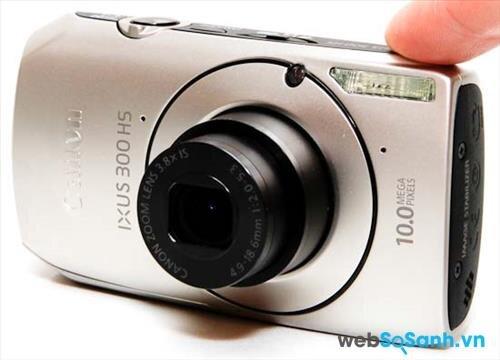Ống kính của máy ảnh compact Canon IXUS 300 HS có tiêu cự 4.9- 18.6 mm (tương đương ống kính tiêu cự 28- 105 mm trên cảm biến fullframe)