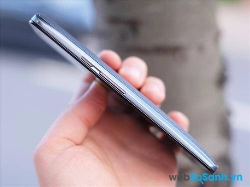 Tương tự các mẫu smartphone trước Moto X Play vẫn giữ thiết kế vát cong hai bên xuống mặt lưng