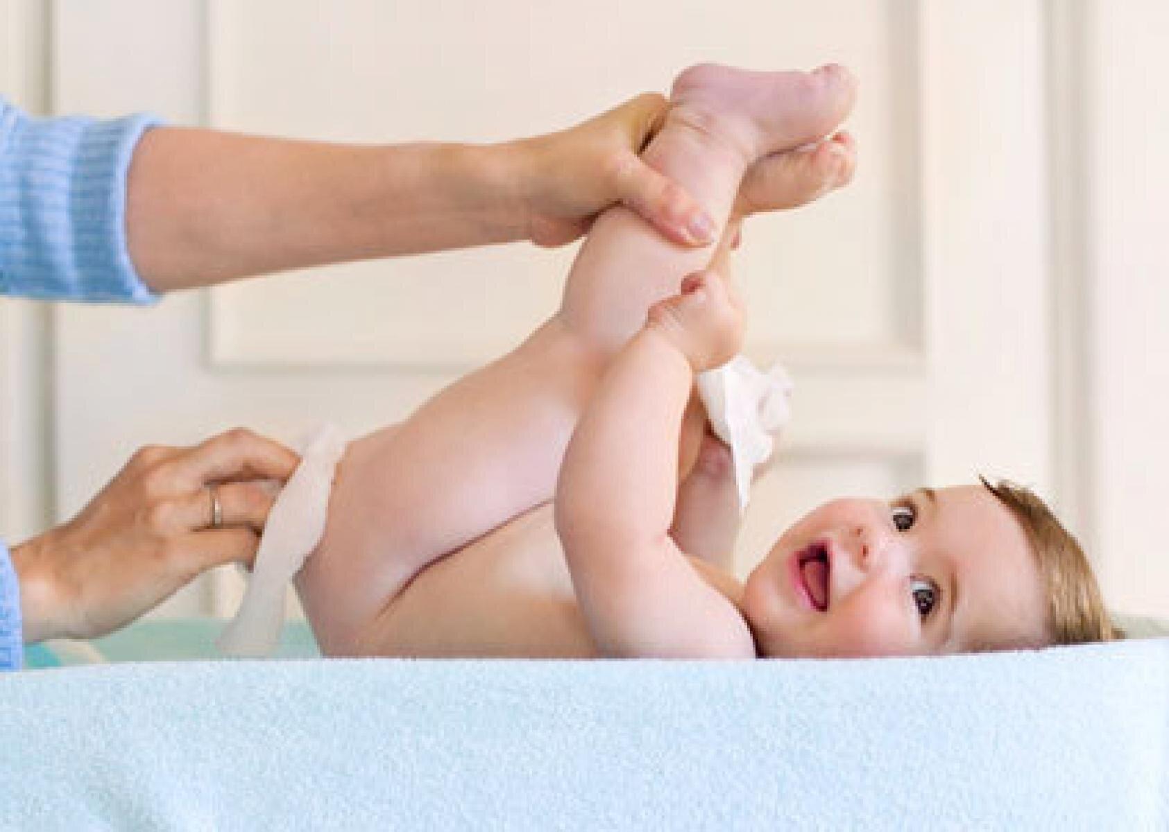 Vệ sinh sạch sẽ trước khi bôi kem chống hăm cho bé