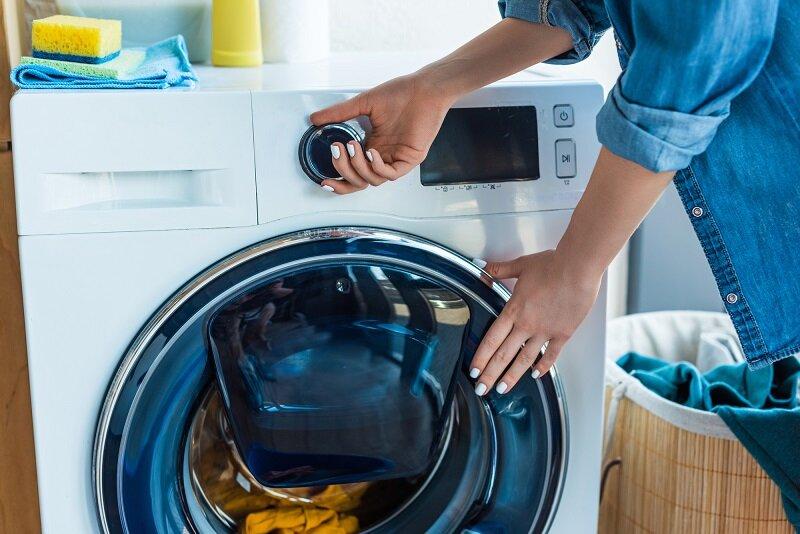 Dừng chương trình giặt, lấy hết quần áo, tắt nguồn điện và tiến hành kiểm tra, tìm nguyên nhân máy bị cấp nước và khắc phục