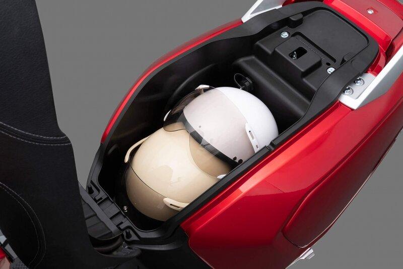 Cốp xe Vinfast Klara đựng vừa 2 mũ bảo hiểm