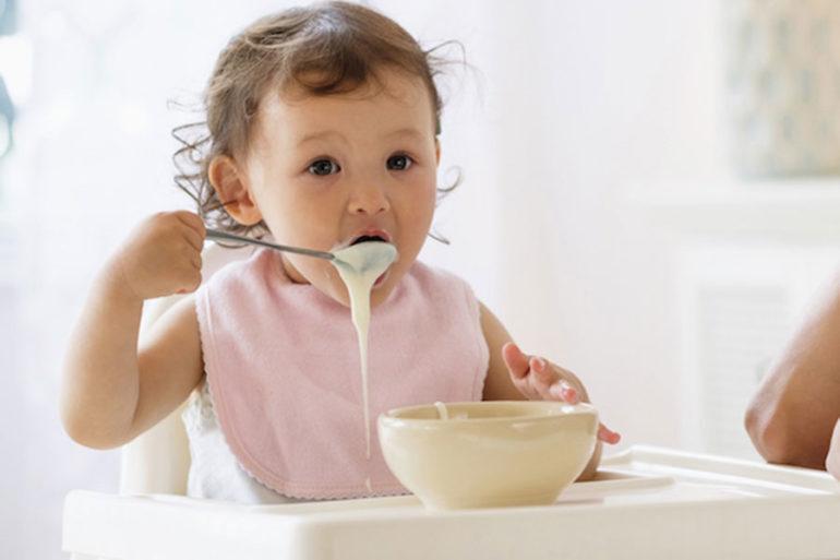 Nên cho trẻ ăn váng sữa vào buổi chiều lúc đói cách bữa trưa 2 tiếng