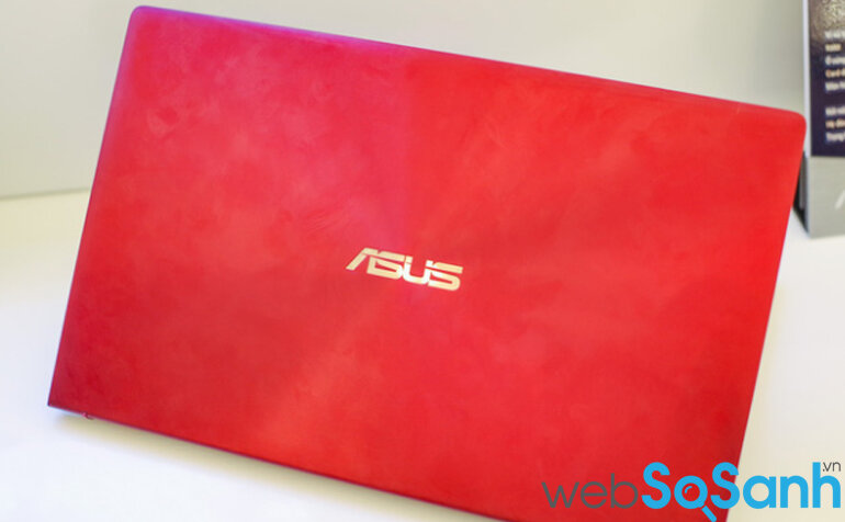 Bộ 3 laptop Asus ZenBook sẽ có 2 phiên bản màu sắc Xanh Hoàng Gia và Bạc Băng Giá. Riêng phiên bản 13 inch sẽ có thêm màu Đỏ Burgundy.