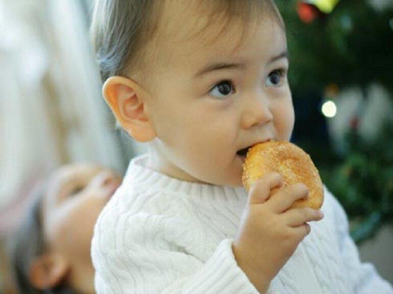 Bánh ăn dặm giúp trẻ tập phản xạ cắn, nhai, nuốt