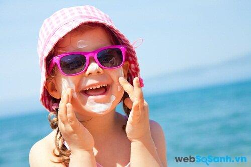 Một chiếc mũ rộng vành, kính râm và kem chống nắng là những đồ cần thiết khi ra ngoài trời nắng của trẻ