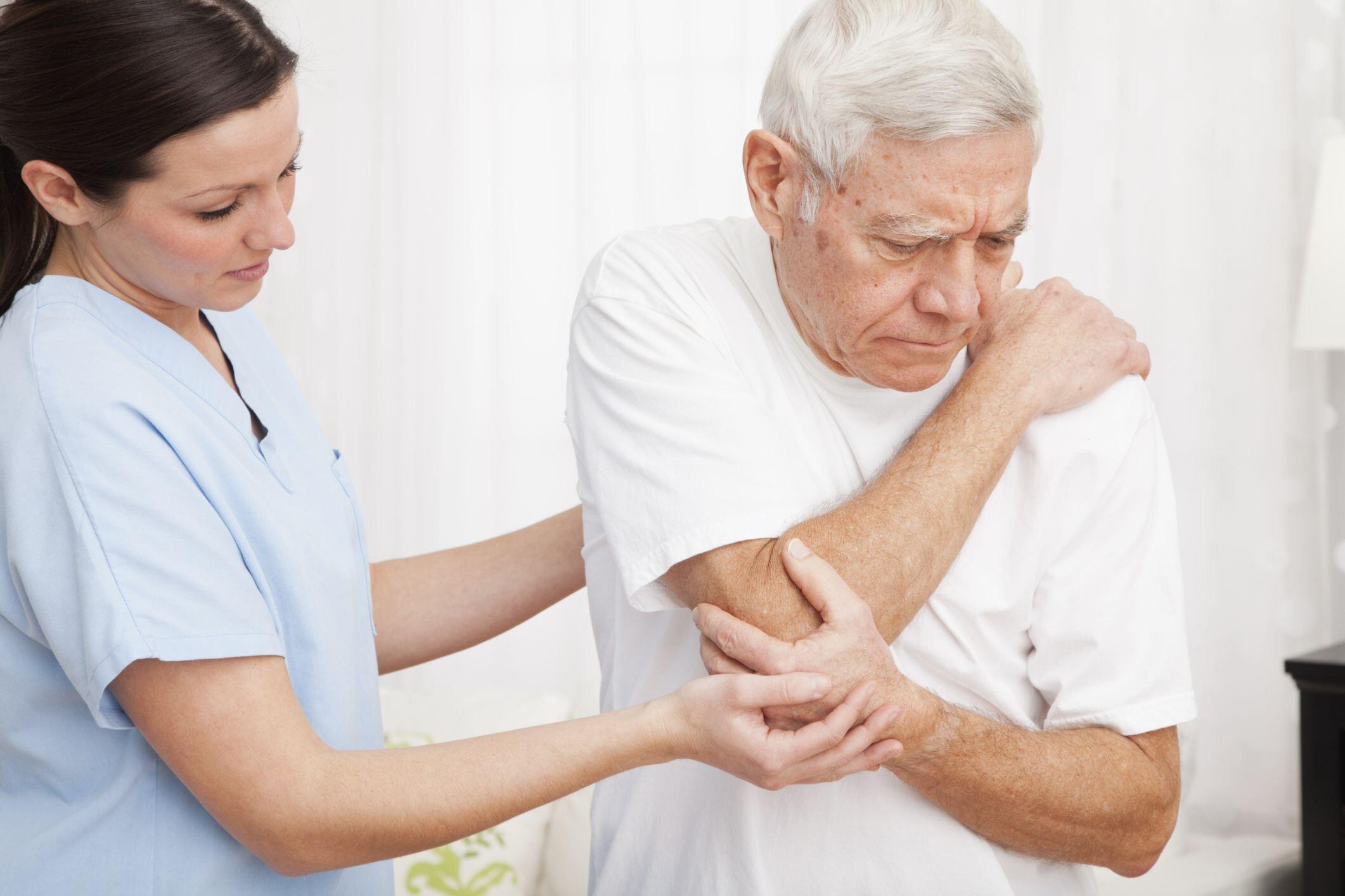 Người già rất dễ mắc các vấn đề về xương khớp