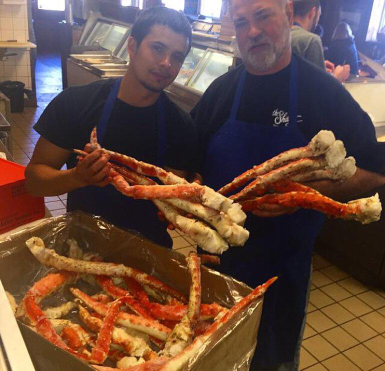 Cua Hoàng Đế tại cửa hàng hải sản Alaska