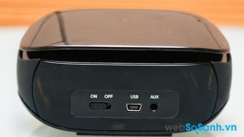 Công tắc, cổng USB sạc và jack audio phụ ở mặt sau