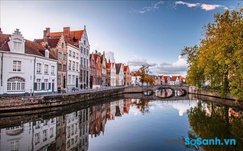 Bruges thơ mộng với dòng kênh trong vắt vào ban ngày