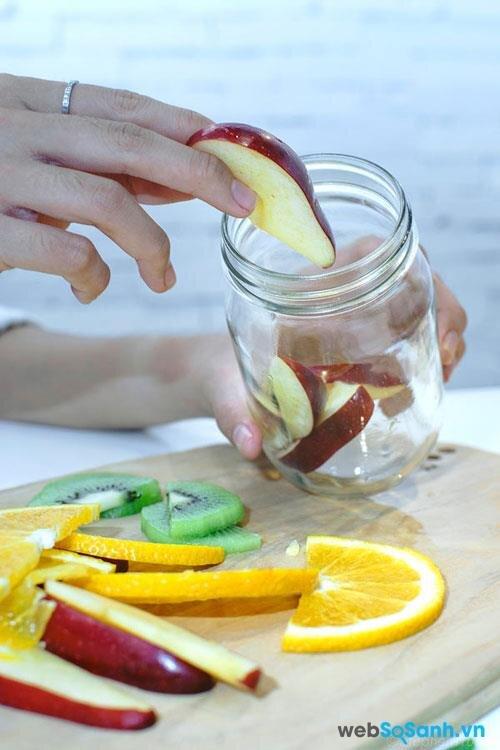 Cắt nhỏ các loại trái cây và cho vào bình