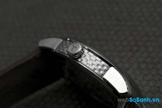 Núm đồng hồ được khắc nổi chữ T