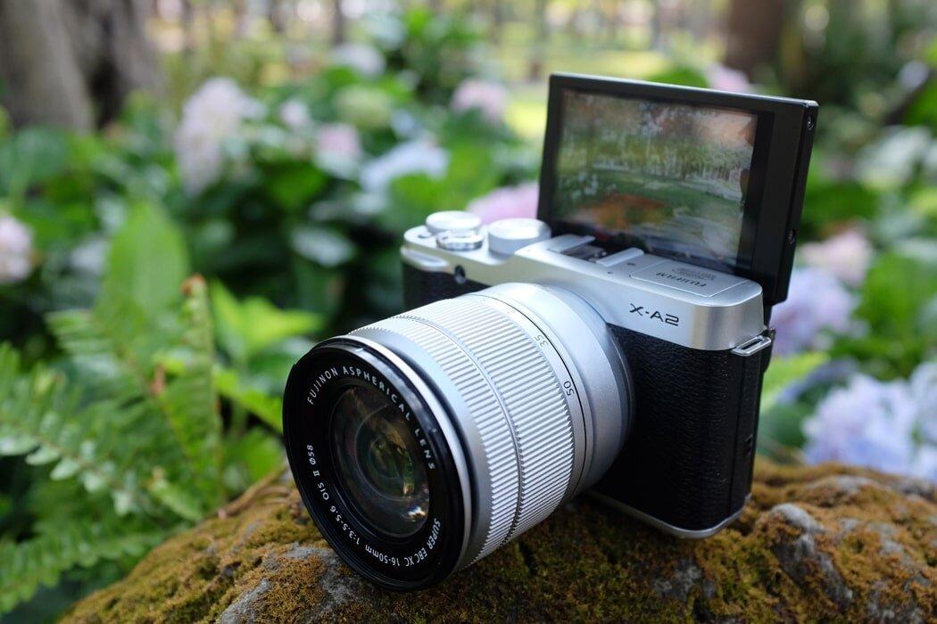 FujiFilm X-A2 màn hình có thể xoay được 175 độ nên chụp selfie dễ dàng